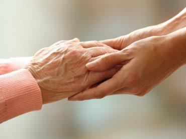 manos de una persona mayor y una persona joven