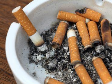 cigarros en un cenicero