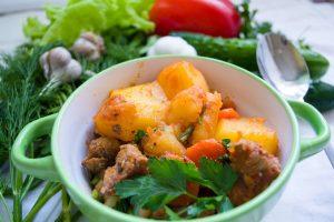 Cacerola con una preparación de papas, amchoor y cúrcuma